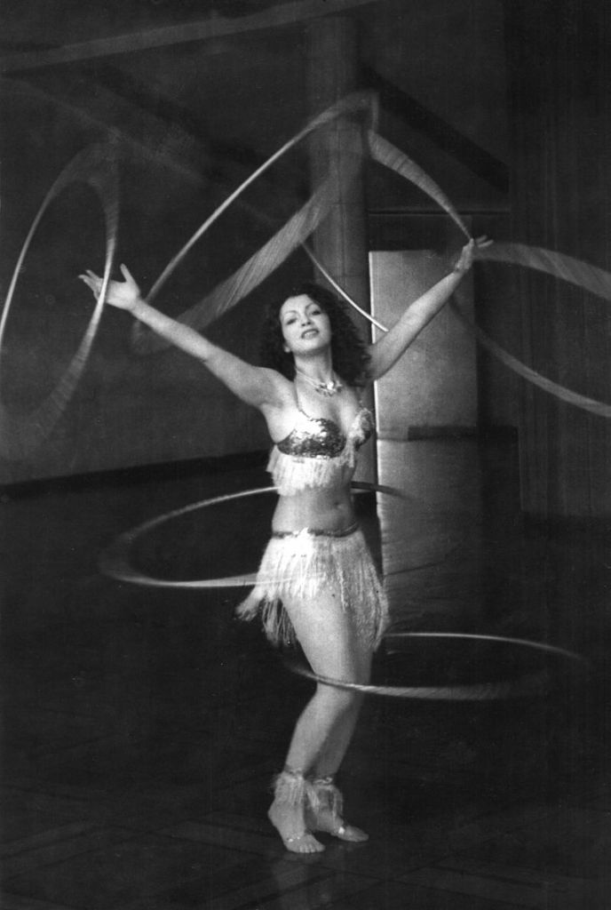 Elena_Ringo_performing_with_six_hula_hoops