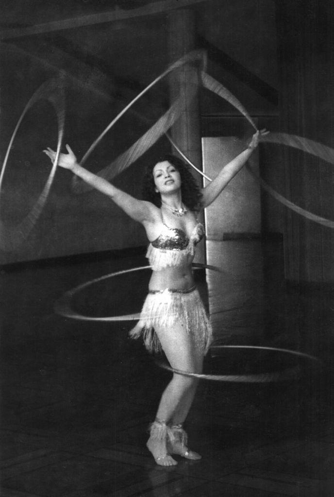 Elena_Ringo_performing_with_six_hula_hoops